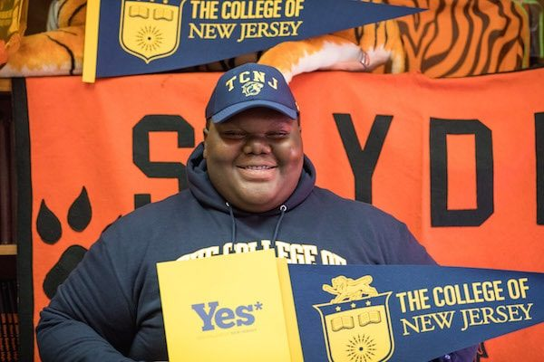 Formerly homeless teen gets into his dream school, after 17 other college acceptances — CBS Evening News